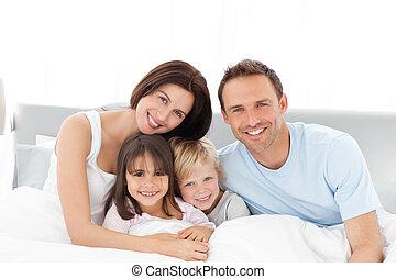 łóżko, szczęśliwy, posiedzenie, portret, rodzina
