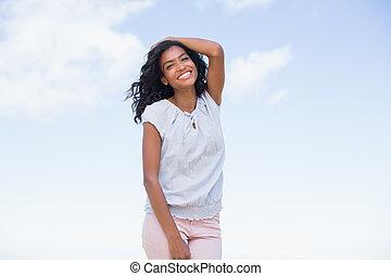 ładny, uśmiechanie się, aparat fotograficzny, przypadkowy, kobieta