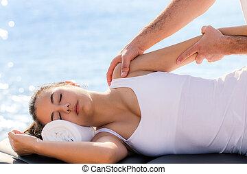 łopatka, kobieta, osteopathic, traktowanie, outdoors., posiadanie