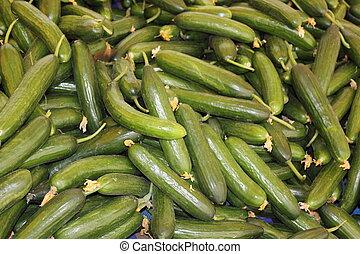 świeża produkcja, targ, ogórki