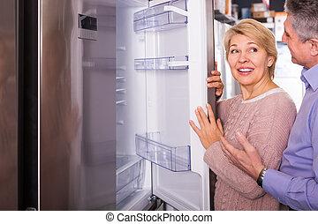 żonaty, dom, sklep, wybierając, rodzina, dojrzały, dodatni, para, chłodnia, przyrządy, nowoczesny