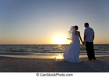 żonaty, &, para, szambelan królewski, panna młoda, zachód słońca, ślub, plaża