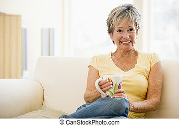 żyjący, kawa, kobieta, pokój, posiedzenie, uśmiechanie się