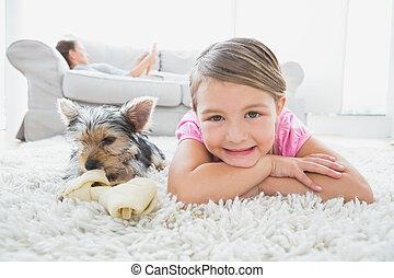 żyjący, kilim, dom, mała dziewczyna, uśmiechanie się, leżący, aparat fotograficzny, terier, yorkshire, pokój