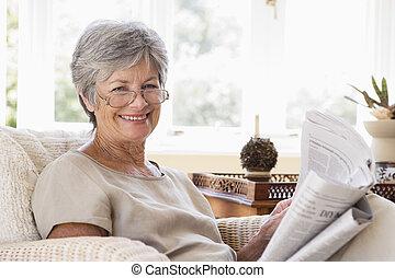 żyjący, kobieta, pokój, gazeta, uśmiechanie się, czytanie