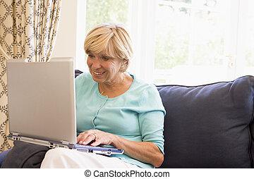 żyjący, laptop, kobieta, pokój, uśmiechanie się