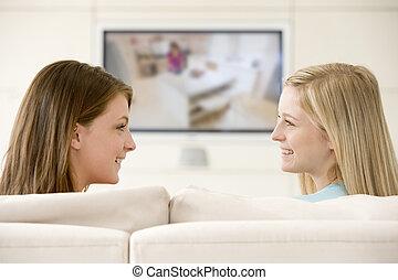 żyjący, telewizja, pokój, oglądając, dwa, uśmiechanie się, kobiety