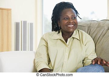 żyjący, uśmiechnięta kobieta, pokój, posiedzenie