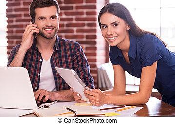 atmosfera, kobieta, pracujący, tabliczka, posiedzenie, ruchomy, work., młody, telefon, radosny, mówiąc, znowu, miejsce, dzierżawa, cyfrowy, uśmiechanie się, keeping, przyjacielski, człowiek