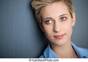 błękitna ściana, kobieta interesu, precz, przeciw, patrząc, znowu, uśmiechanie się