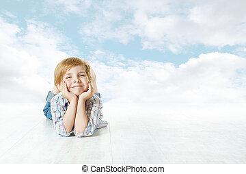 błękitny, chmury, niebo, przeglądnięcie na dół, aparat fotograficzny., dziecko, mały, uśmiechanie się, leżący, koźlę