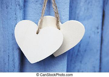 błękitny, drewniany, dwa, powierzchnia, wisząc, serca