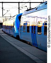 błękitny, wieczorny, commuter, lekki, pociąg stacja