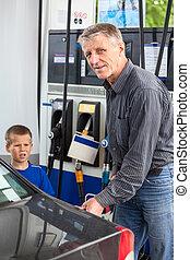 benzyna, syn, dojrzały, pojazd, tankowanie paliwa, człowiek