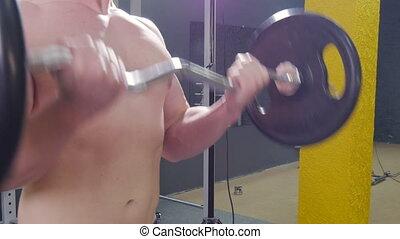 biceps, pracujący, sala gimnastyczna, muskularny, barbell, wykonuje, poza, człowiek