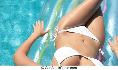 bikini, samica