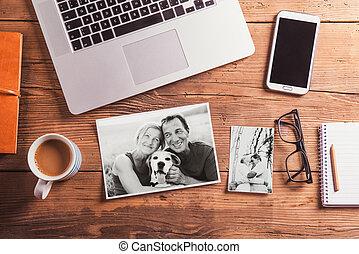 biuro, biało-czarny, fotografie, desk., obiekty, starsza para