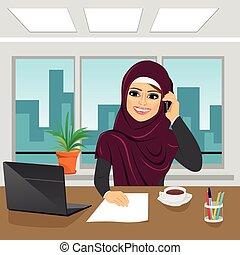 biuro, handlowy, arab, kobieta mówiąca, laptop, telefon, chodząc, hijab