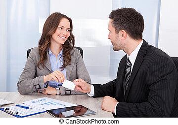 biuro, odwiedzając, kobieta interesu, biurko, zamieniając, biznesmen, karta
