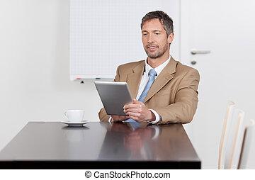biuro, tabliczka, cyfrowy, biznesmen, biurko, używając