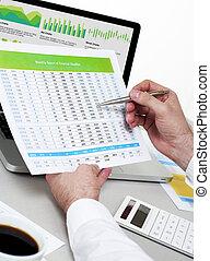 biznesmen, analizując, finansowy, dane