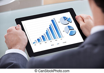 biznesmen, analizując, wykres, tabliczka, cyfrowy