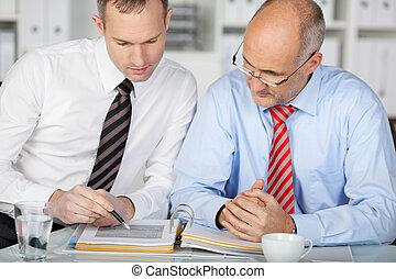 biznesmen, dojrzały, biuro