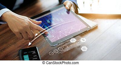 biznesmen, graph., zbyt, tabliczka, używając, handlowy, planowanie, strategy., ekonomiczny, marketing., analizując, cyfrowy, wzrost, dane