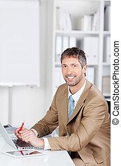 biznesmen, laptop, biurowa kasetka