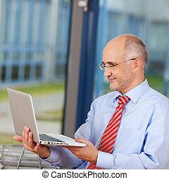 biznesmen, laptop, dojrzały, dzierżawa