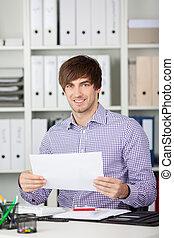 biznesmen, papier, młody, dzierżawa, biurko