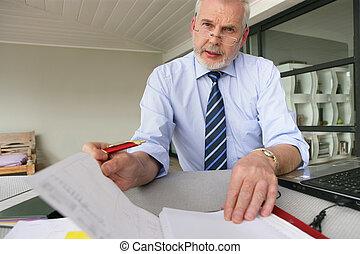 biznesmen, senior, jego, pracujący, biurko