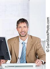 biznesmen, uśmiechanie się, biurowa kasetka