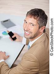 biznesmen, uśmiechanie się, dojrzały, biurko