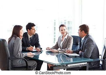 biznesmeni, podczas, businesswomen, mówiąc, spotkanie