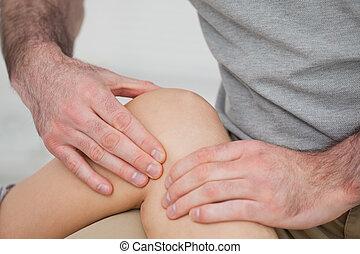 bolesny, fizykoterapeuta, kolano, masowanie