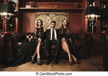 brunetka, chodząc, garnitur, kobiety, posiedzenie, przystojny, dwa, sofa, piękny