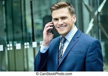 cellphone, uśmiechanie się, garnitur, człowiek mówiący