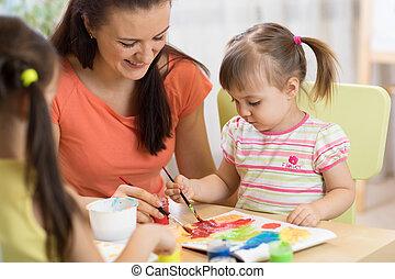 center., mały, kobieta, daycare, dziewczyny, nauczyciel, danie zabawa, malarstwo, dzieci, pastime.