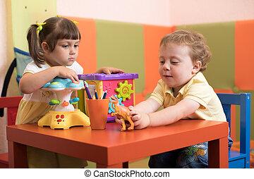 chłopiec, gra, dzieciaki, środek, daycare, dziewczyna, dzieci