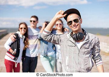 chłopiec, teenage, przyjaciele, sunglasses, zewnątrz