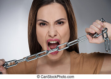 chain., kobieta, łańcuch, młody, odizolowany, szary, patrząc, znowu, aparat fotograficzny, dzierżawa, agresywny