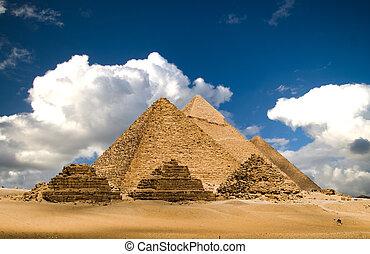 chmury, piramidy