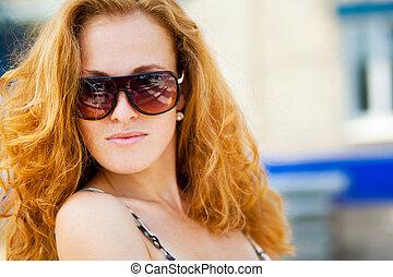 chodząc, portret, sunglasses, kobieta, fason