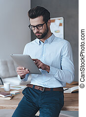 chodząc, przystojny, jego, biuro, pracujący, młody, touchpad., touchpad, znowu, nachylenie, stół, człowiek, okulary