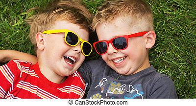 chodząc, uśmiechanie się, sunglasses, bracia, fantazja