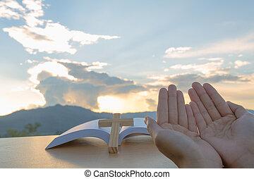 chrześcijanin, modlący się, zakon, otwarte ręki, do góry, cześć, młoda kobieta, dłoń, wschód słońca, pojęcie, bóg, tło.