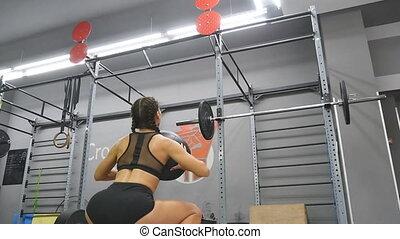 ciało, dziewczyna, motion., stosowność piłka, powolny, trening, ubranie sportowe, zamknięcie, silny, młody, kuca, atleta, do góry, indoor., podczas, doskonały, crossfit, training., kobieta, wykonując, medycyna, samica, gym.