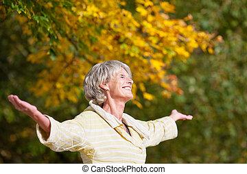 cieszący się, starsza kobieta, park, natura
