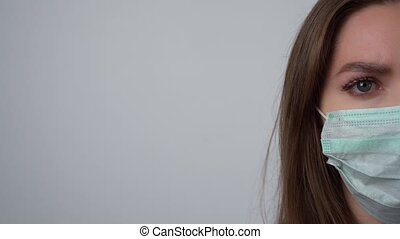 coronavirus, maska, covid-19., pół, albo, ochronny, patrząc, samicza twarz, kłaść, asekurować, kobieta, aparat fotograficzny., młody